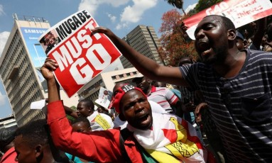 Manifestantes pedem que presidente Robert Mugabe renuncie ao seu cargo durante intervenção militar no Zimbábue Foto: MIKE HUTCHINGS / REUTERS