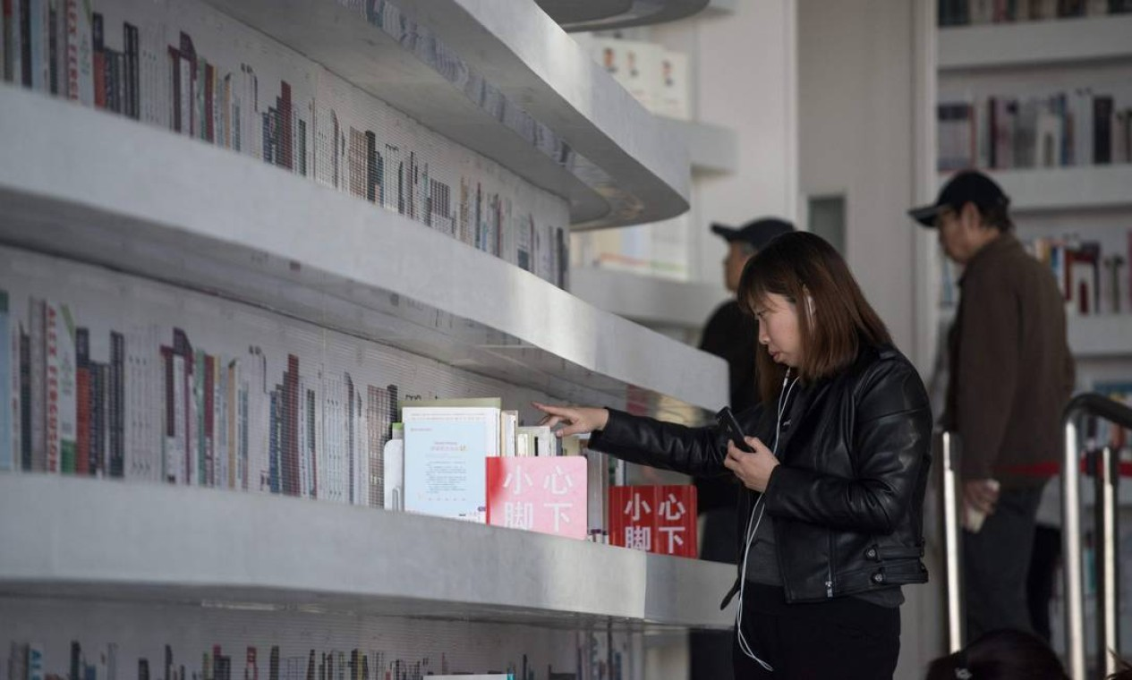 No projeto original, as prateleiras mais altas seriam acessíveis a partir de quartos atrás delas, explica o MVRDV à AFP. Mas o calendário apertado de obras fez o escritório descartar a ideia. A decisão foi tomada 'no nível local e contra a vontade do MVRDV', disse o porta-voz, Zhou Shuting. Foto: FRED DUFOUR / AFP