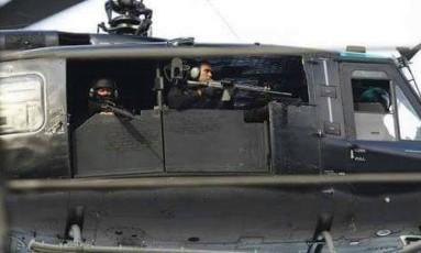 Policiais civis em helicóptero durante a operação Mar Vermelho Foto: Polícia Civil / Divulgação