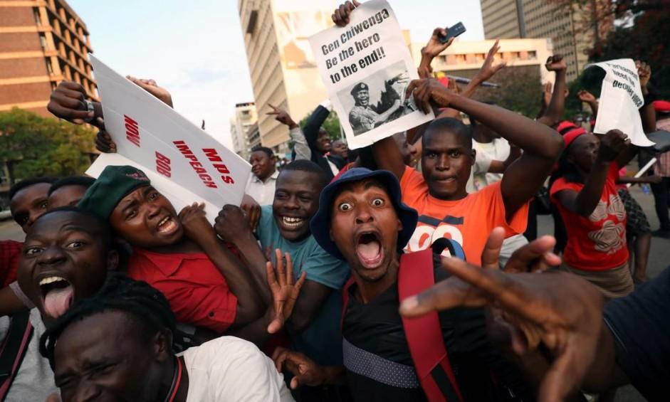Zimbabuanos saíram às ruas para comemorar a renúncia do presidente Robert Mugabe, que governava desde 1980 Foto: MIKE HUTCHINGS / REUTERS