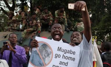 Zimbabuanos comemoram e mandam Mugabe 'ir para casa e descansar' Foto: PHILIMON BULAWAYO / REUTERS