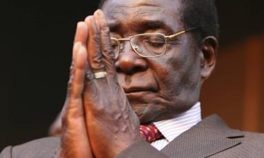 Em 2007, presidente Robert Mugabe fecha os olhos na sede do seu partido, Zanu-PF, em Harare; ditador governou autoritariamente por 37 anos até ser derrubado por militares Foto: Tsvangirayi Mukwazhi / AP