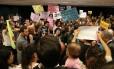 Manifestação durante sessão de comissão especial que analisa PEC que pode proibir todos os tipos de aborto Foto: Givaldo Barbosa/Agência O Globo