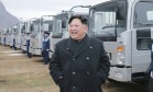 Kim Jong-un acompanha trabalho em fábrica de transportes na Coreia do Norte Foto: AP