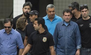 Jorge Picciani, Paulo Melo e Albertassi deixam o IML escoltados por agentes da Policia Federal Foto: Guito Moreto / Agência O Globo