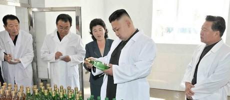 Kim Jong-un observa garrafas em fábrica de bebidas na Coreia do Norte Foto: KCNA