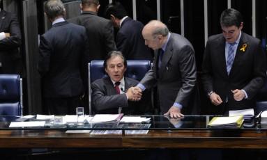 Presidente do Senado, Eunício Oliveira (PMDB-CE), cumprimenta José Serra (PSDB-SP) Foto: Marcos Oliveira/Agência Senado