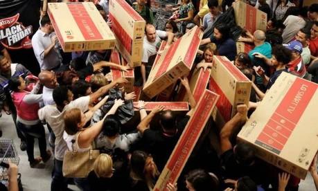 Tumulto. Consumidores disputam televisores à venda em uma loja do Extra, em São Paulo, na Black Friday de 2016 Foto: Nacho Doce 2016 / Reuters