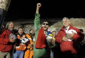 Último mineiro resgatado em desastre em mina chilena em 2010, Luis Urzúa comemora com o presidente Sebastián Piñera Foto: Alex Ibáñez / Presidência do Chile