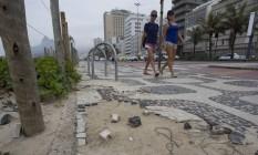 Desnível. Prefeitura promete reparos esta semana no calçadão de Ipanema Foto: Márcia Foletto / Agência O Globo