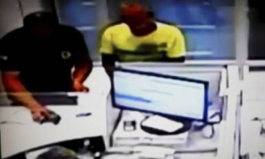 Presos de Anápolis são levados por guardas ao banco Foto: reprodução de vídeo