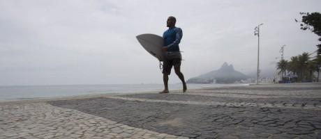 Surfista anda no calçadão do Arpoador Foto: Márcia Foletto em 21/11/2017 / Agência O Globo