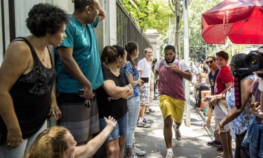 Candidato do Exame Nacional do Ensino Médio (Enem) corre para chegar em universidade da Tijuca, no Rio de Janeiro Foto: Hermes de Paula / Agência O Globo