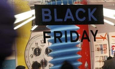 """Anúncio da Black Friday: consumidor deve ter cuidado para não pagar """"metade do dobro'' dos preços das mercadorias Foto: Reuters"""