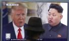 Homem assiste televisão, que mostra Donald Trump e Kim Jong-un Foto: Ahn Young-joon / AP