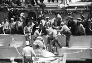 resgate do primeiro tripulante após o naufrágio do submarino Squalus, em maio de 1939. Acidente foi causado por uma falha mecânica Foto: AP Photo