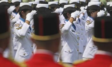 Recrutas mulheres das forças de segurança da Indonésia devem passar pelo 'doloroso e traumático' teste Foto: Dita Alangkara / AP