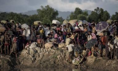 Refugiados rohingya esperam para cruzar o rio Naf de Mianmar para Bangladesh Foto: FRED DUFOUR / AFP