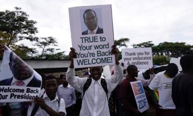 Manifestantes comemoram volta de Emmerson Mnangagwa em Harare. Ex-vice se tornará presidente Foto: ZINYANGE AUNTONY / AFP