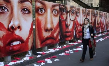 Paineis em protesto contra violência doméstica foram expostos em grandes cidades como São Paulo Foto: Marcos Alves/10-06-2016 / Agência O Globo