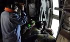 Autoridades da Marinha argentina procuram em avião pelo submarino desaparecido Foto: HANDOUT / AFP