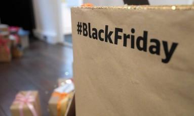 A tradição dos descontos depois do Dia de Ação de Graças, nos Estados Unidos, chegou mesmo para ficar por aqui. A chamada Black Friday está com muitos descontos em produtos de beleza, decoração e acessórios. Separamos, a seguir, algumas boas pedidas Foto: TOBY MELVILLE / REUTERS