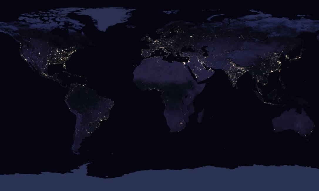 Mosaico de imagens do satélite Suomi-NPP mostra a iluminação noturna no planeta: poluição luminosa atinge área cada vez maior Foto: Noaa/Nasa