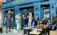 Fregueses tomam drinques e cerveja diante da loja de tatuagem Moby Dick, no Leblon Foto: Brenno Carvalho / Agência O Globo