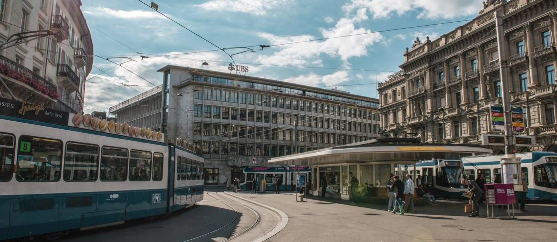 VLT. Transporte público circula pelo centro comercial e financeiro de Zurique Foto: Andre Meier / Switzerland Tourism