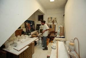 Pablo Cardozoo exibe o trabalho de restauração já realizado Foto: Brenno Carvalho / Agência O Globo