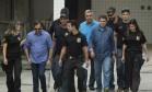 Jorge Picciani, Paulo Melo e Edson Albertassi deixam o IML escoltados por agentes da Polícia Federal. Foto Guito Moreto / Agência O Globo Foto: Guito Moreto / Agência O Globo