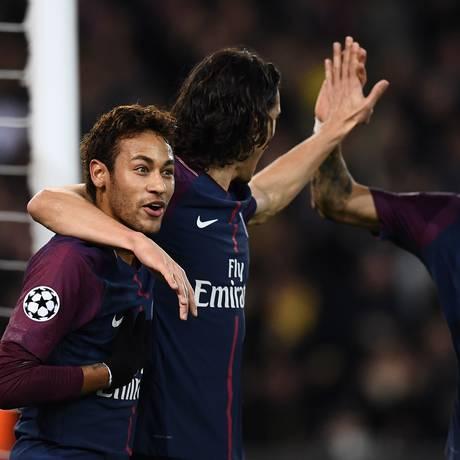 Cavani abraça Neymar ao fazer um dos gols do PSG sobre o Celtic Foto: FRANCK FIFE / AFP