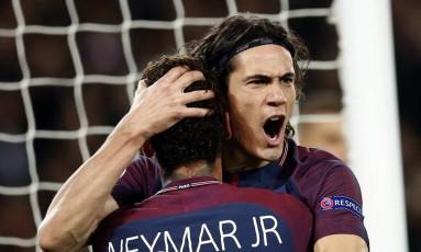 Cavani abraça Neymar ao fazer o terceiro gol do PSG Foto: Christophe Ena / AP
