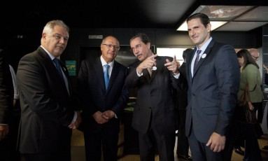 Alckmin e o diretor de redação, Ascânio Seleme, o colunista Merval Pereira e o diretor-geral da Infoglobo, Frederic Kachar (da esq. p/ a dir.) Foto: Adriana Loret / Agência O Globo