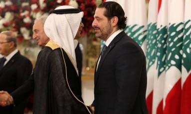 O primeiro-ministro libanês, Saad Hariri (à esquerda) cumprimenta o árabe Walid al-Bukhari, encarregado de negócios sauditas no Líbano Foto: STRINGER / AFP/22-11-2017
