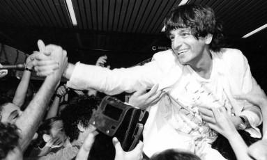 Em foto de 1979, Fernando Gabeira retorna ao Brasil após anistia Foto: Agência O Globo
