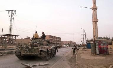 Membros do governo pró-Síria avançam por Albu Khamal Foto: STRINGER / AFP