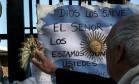 Argentinos deixam mensagens de apoio e esperança durante operações de busca pelo submarino San Juan Foto: EITAN ABRAMOVICH / AFP