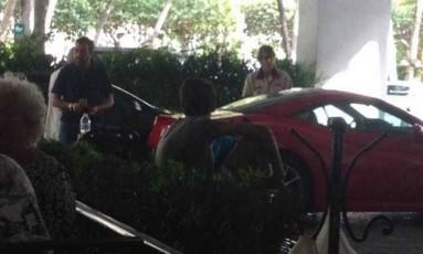 O empresário Georges Sadala se prepara para entrar em sua Ferrari, em Miami. Foto: Divulgação