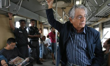 Fernando Gabeira, na época candidato a prefeito, pega o trem na Central do Brasil até Bangu, em 2008 Foto: Ana Branco / O Globo