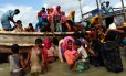 Refugiados rohingya descem de barco após cruzarem fronteira de Mianmar para Bangladesh, na fuga da perseguição do Exército birmanês Foto: DANISH SIDDIQUI / Reuters