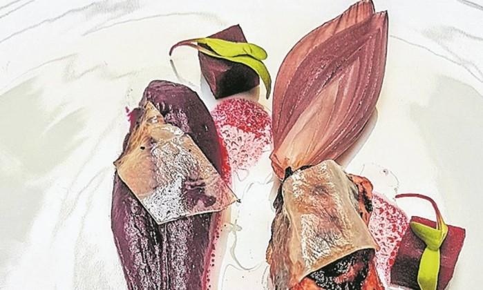 Pintura. Polvo envolto em lardo com batata e cebolas roxas e beterraba Foto: Luciana Fróes