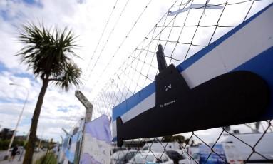 Cartazes com mensagens de apoio à tripulação do submarino argentino desaparecido ARA San Juan são vistos numa cerca na base naval Mar del Plata Foto: MARCOS BRINDICCI / REUTERS