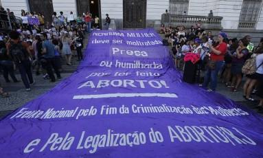 Passeata na Cinelândia reuniu mulheres contra o novo projeto de lei que poíbe qualquer tipo de aborto Foto: Domingos Peixoto/13-11-2017