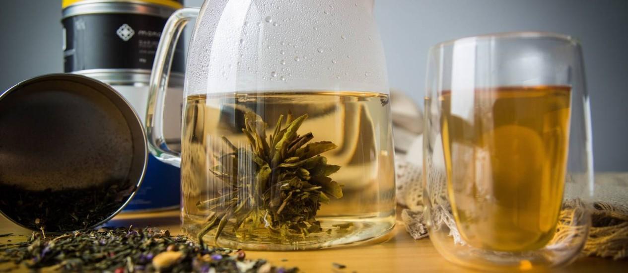 No blossom da Moncloa, um conjunto de folhas de chá secas são enroladas em torno de uma linda flor de calêndula Foto: BARBARA LOPES / Agência O Globo