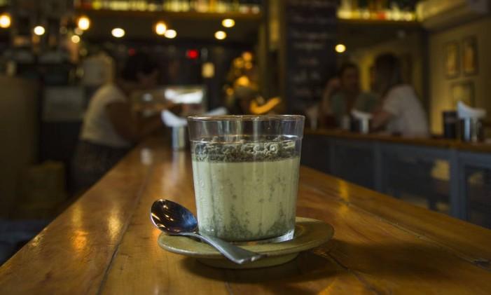 O pudim de matcha, do restaurante Pabu Izakaia, é uma receita tradicional japonesa Foto: Guito Moreto / Agência O Globo