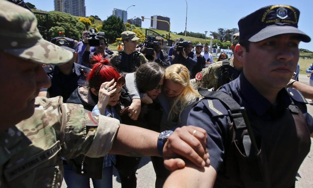 Policiais e soldados formam um cordão de proteção em volta dos familiares do Suboficial segundo Celso Oscar Vallejos, um dos tripulantes do ARA San Juan Foto: Esteban Felix / AP