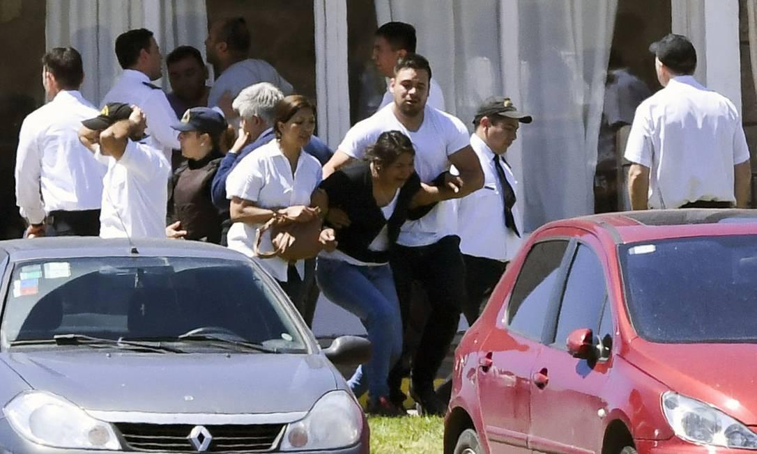 Familiares da tripulação do ARA San Juan são amparados após receberem notícia de explosão sofrida por submarino Foto: EITAN ABRAMOVICH / AFP