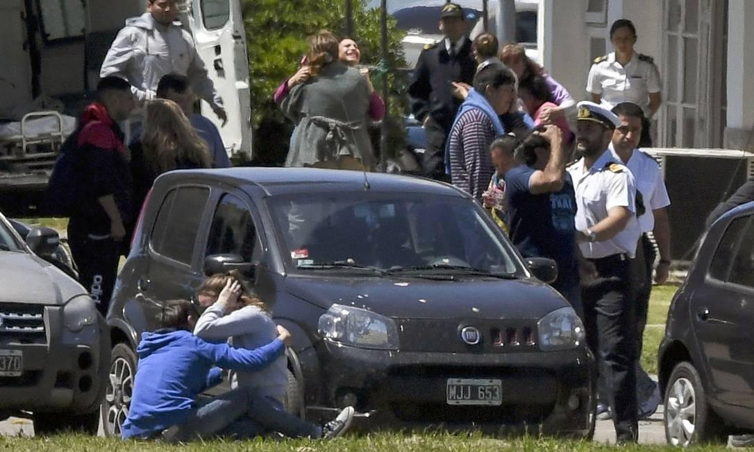 Reunidas em Mar del Plata, as famílias esperam por notícias em meio a desencontro de informações Foto: EITAN ABRAMOVICH / AFP