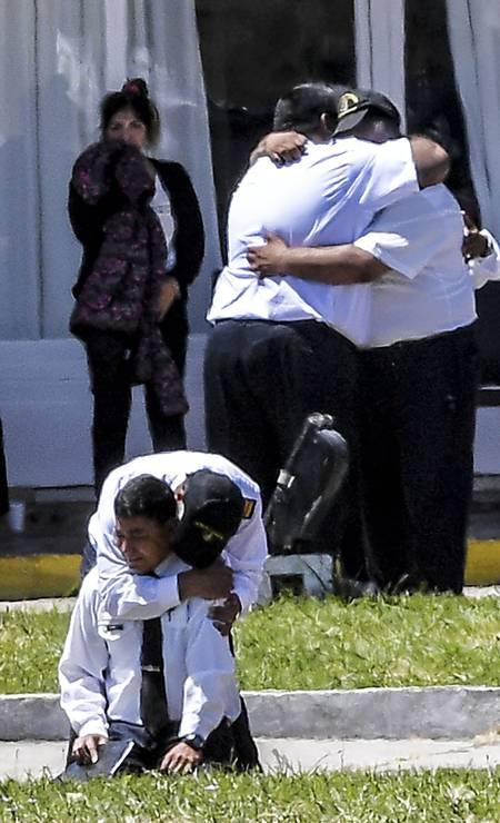 Oficiais da Marinha choram na Base Naval de Mar del Plata, expressando o sofrimento pelo desaparecimento dos 44 companheiros da tripulação do ARA San Juan Foto: EITAN ABRAMOVICH / AFP